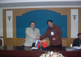 俄罗斯专家组来集团考察并签定长期合作意向协议书